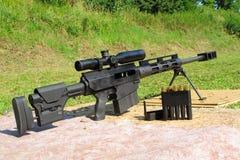 Scharfschützegewehrkaliber 50 BMG mit Munition Lizenzfreies Stockbild