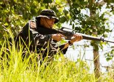Scharfschützesoldatauszubildender bereit anzugreifen stockfotografie