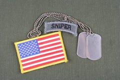 Scharfschützevorsprung der AMERIKANISCHEN ARMEE mit Erkennungsmarke- und Flaggenflecken auf Olivgrünuniform Lizenzfreies Stockbild
