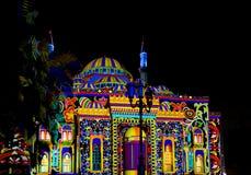 Scharjah beleuchten episches helles Design des Festivals auf einer Moschee stockfotos