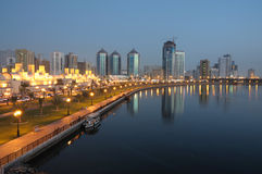 Scharjah-Stadt an der Dämmerung Lizenzfreie Stockfotografie