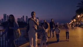 Scharjah, UAE - 10. Mai 2018: europäischer der Touristen der Familie Kinder zusammen, die auf Abenddamm Al Buheirah gehen stock video footage