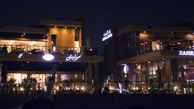 Scharjah, UAE - 10. Mai 2018: Nachtcafé mit heller Hintergrundbeleuchtung auf Damm Khalid See in Scharjah-Stadt auf vereinigten A stock video footage