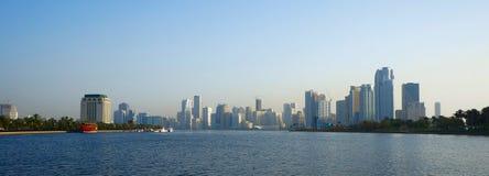 Scharjah, Vereinigte Arabische Emirate - 21. April 2014: Ansicht der Stadt bei Sonnenuntergang mit dem Scharjah Lizenzfreies Stockfoto