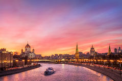 Scharlakansrött glöd över Moskva Arkivfoto