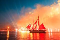 Scharlakansrött seglar beröm i St Petersburg Royaltyfria Foton