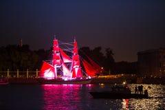 Scharlakansrött seglar show under festivalen för vita nätter Royaltyfria Foton
