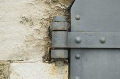 Scharnier einer alten Eisentür stockfoto