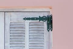 Scharnier op houten blind stock afbeelding