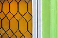 Scharnier zwischen der Tür und der Wand stockfotos