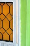 Scharnier zwischen der Tür und der Wand stockfoto