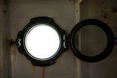 Scharnierend om venster, onweersdekking op schip die buiten in Middellandse Zee kijken Patrijspoortmening door venster op schip royalty-vrije stock foto
