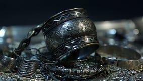 Schat, hoop van Mooie Oosterse Zilveren Bruids juwelen Indiër, Arabier, Egyptische Afrikaan, stock footage