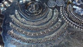 Schat, hoop van Mooie Oosterse Zilveren Bruids juwelen Indiër, Arabier, Egyptische Afrikaan, stock videobeelden