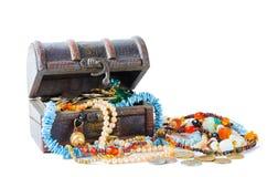 Schat met edelstenen en muntstukken Stock Fotografie