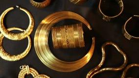 Schat, Reeks van Mooie Oosterse gouden Bruids juwelen (Egyptische Indiër, Arabier, Afrikaan,) stock video
