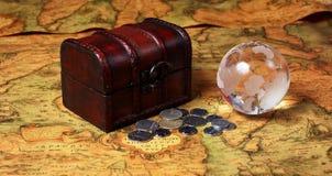 Schatdoos en bol op oude kaartachtergrond Stock Fotografie