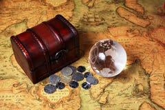Schatdoos en bol op oude kaartachtergrond Stock Foto's