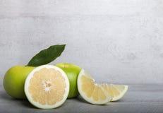 Schatgrapefruit op een achtergrond van de steenlijst Royalty-vrije Stock Foto