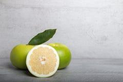 Schatgrapefruit op een achtergrond van de steenlijst Royalty-vrije Stock Afbeeldingen