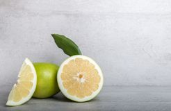 Schatgrapefruit op een achtergrond van de steenlijst Stock Afbeeldingen