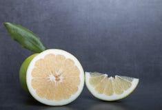 Schatgrapefruit op een achtergrond van de steenlijst Stock Fotografie
