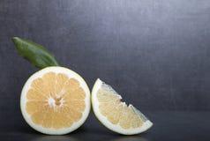 Schatgrapefruit op een achtergrond van de steenlijst Royalty-vrije Stock Afbeelding