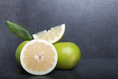 Schatgrapefruit op een achtergrond van de steenlijst Royalty-vrije Stock Fotografie
