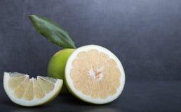 Schatgrapefruit op een achtergrond van de steenlijst Stock Foto's