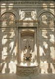 Schatten auf Brunnen. Dolmabahce Palast, Istanbul, die Türkei. Stockbild