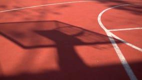 Schatten auf dem Gericht des Basketballkorbes mit Ketten auf streetball Gericht stock footage