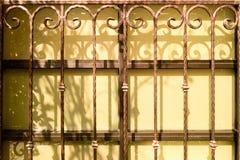 Schatten auf den Glasfenstergrills stockfoto