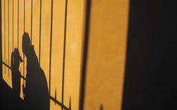 Schatten auf der Wand eines Mannes und der Frau Stockbild