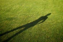 Schatten auf einer vollkommen-gemähten Wiese Stockfotografie