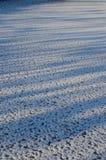 Schatten auf gefrorener Fluss-Oberfläche Stockfotografie