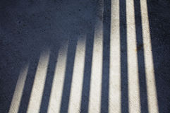 Schatten auf konkretem Bürgersteig Stockfoto