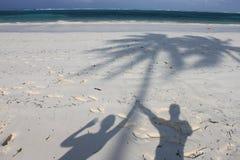 Schatten auf Paradiesstrand von Sansibar Stockfoto