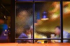 Schatten auf Restaurantfenster, Ansicht von der Außenseite lizenzfreie stockfotos