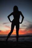 Schatten der attraktiven Frau aufwerfend auf dem Strand Lizenzfreie Stockfotografie
