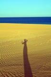 Schatten der Frau auf den Sanddünen Corralejo Fuerteventura Lizenzfreies Stockfoto