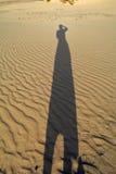 Schatten der Frau auf den Sanddünen Corralejo Fuerteventura Stockfoto
