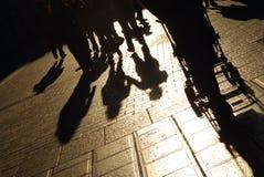 Schatten der Leute auf Straße Stockbild
