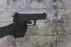 Schatten der Pistole auf einer Wand Lizenzfreie Stockfotografie