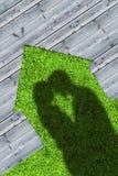 Schatten der Umfassung von Paaren auf den hölzernen Brettern, die ein hous darstellen Lizenzfreie Stockbilder