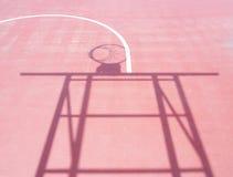 Schatten des Basketballkorbstands Stockfotos