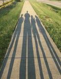Schatten des Familien-Wegs Lizenzfreie Stockbilder