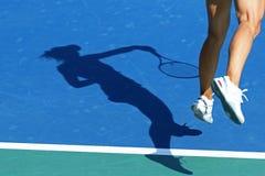 Schatten des Frauentennisspielers stockfoto