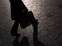 Schatten des Geschäftsmannes gehend mit Aktenkoffer Stockfoto