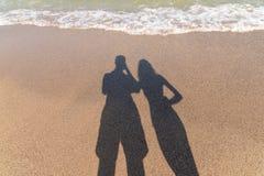 Schatten des glücklichen Paars Fotos machend Stockbild