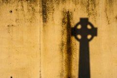 Schatten des keltischen Kreuzes Lizenzfreie Stockfotografie